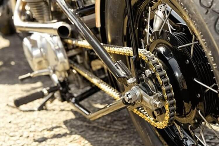 Smarowanie łańcucha napędowego w motocyklu